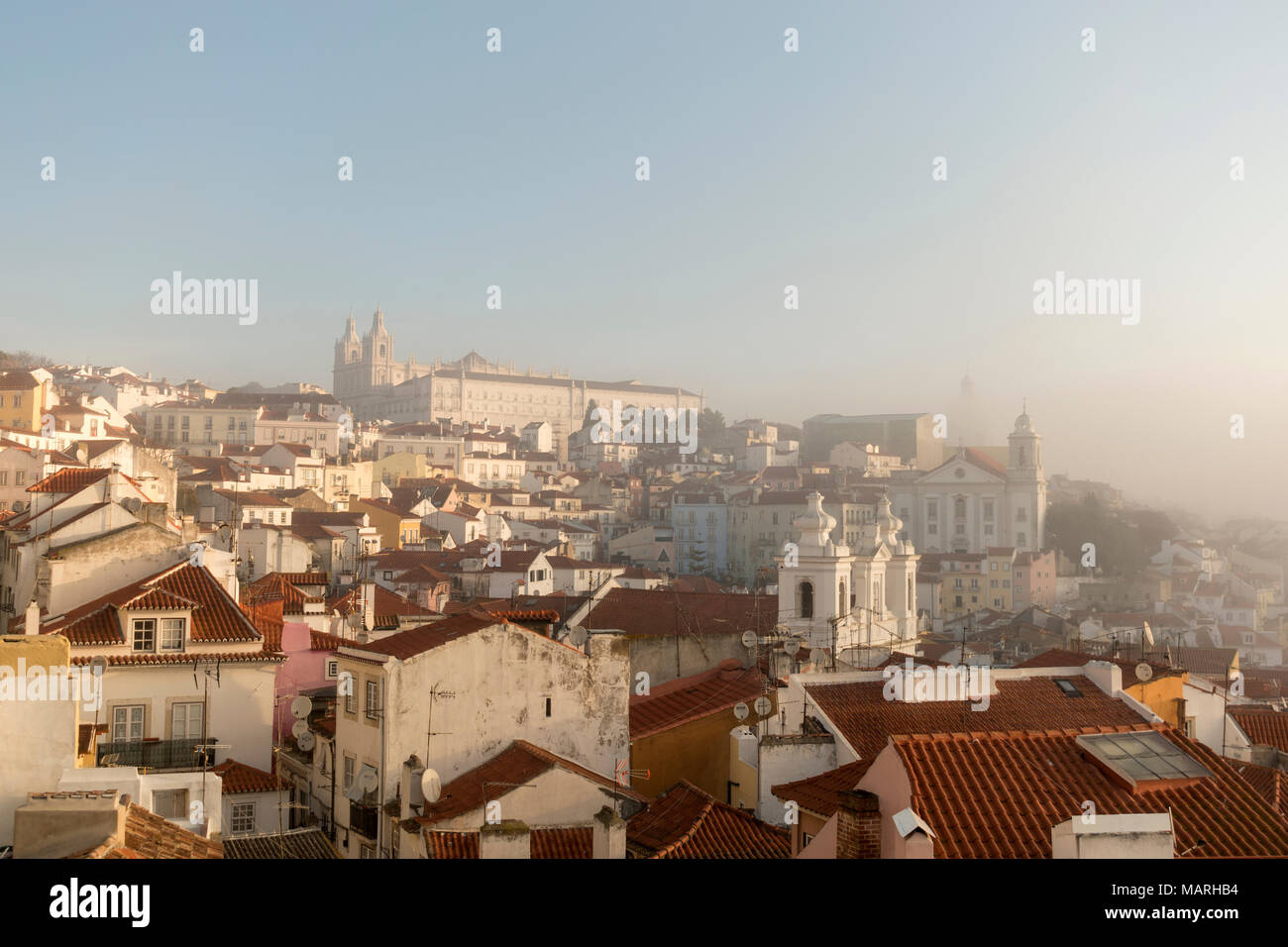Una nebbiosa mattina vista su Alfama dalla terrazza dell\'albergo ...
