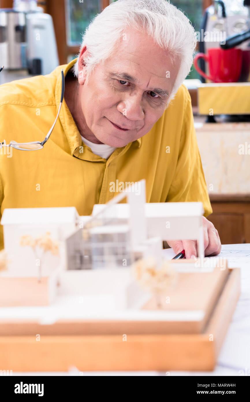 Asian architetto esperto studiando un innovativo progetto residenziale Immagini Stock