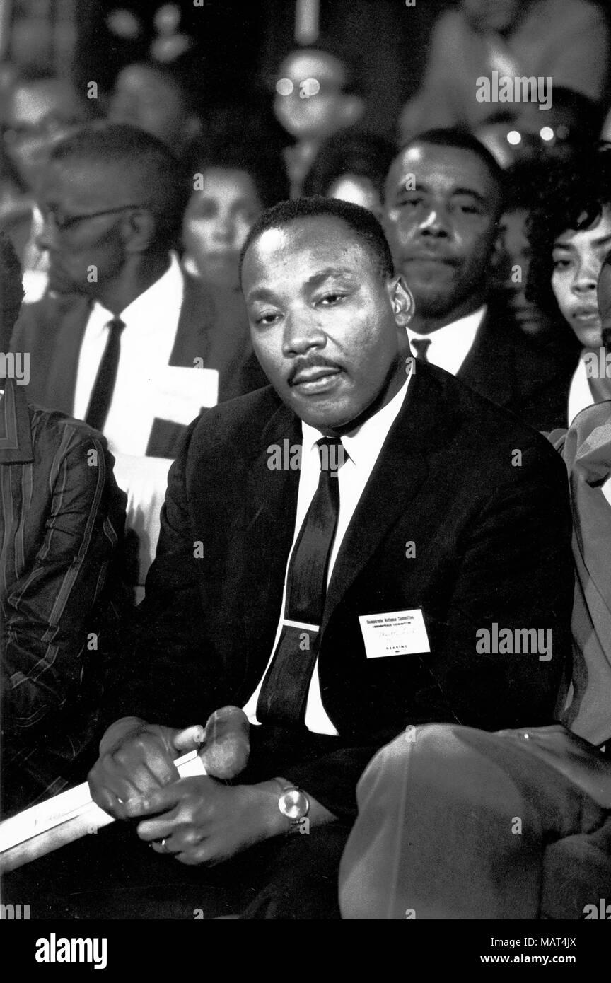 File. 4 apr, 2018. Il reverendo Martin Luther King Jr. è stato fatalmente di colpo da J. Earl Ray a 6:01 p.m., 4 aprile 1968, come egli si fermò sul secondo piano balcone del Lorraine Hotel a Memphis, Tennessee. Nella foto: Agosto 25, 1964 - Atlantic City, NJ, Stati Uniti d'America - Il Reverendo Martin Luther King Jr (1929-1968) era un eminente leader dell'African American movimento per i diritti civili. Tragicamente il re fu assassinato il 4 aprile 1968 sul balcone del Lorraine Motel. Nella foto: MLK Jr. presso il National Convention democratica di Atlantic City. (Credito Immagine: © Keystone Press Agency/Keystone USA via ZUMAPRESS.com) Foto Stock