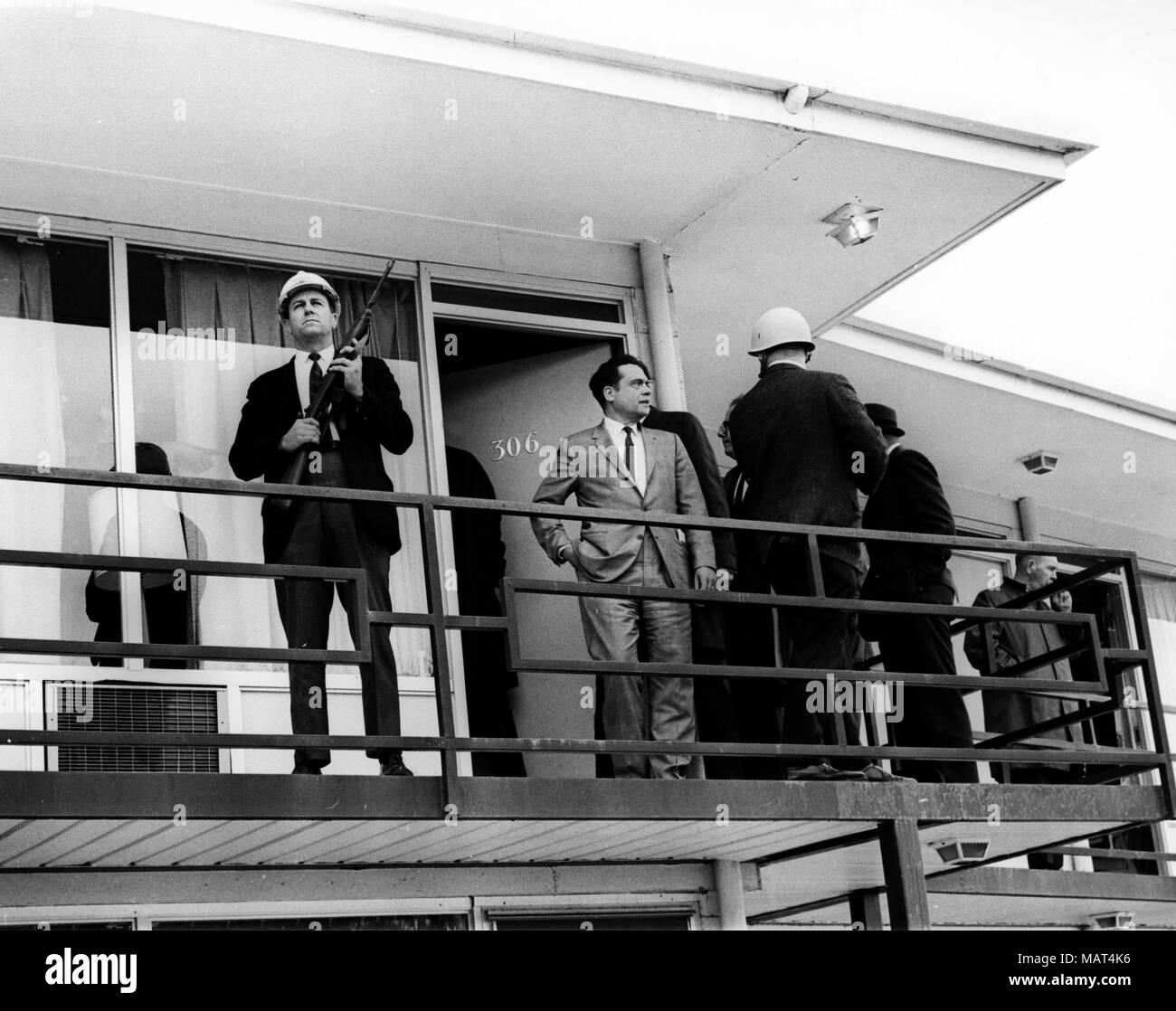 File. 4 apr, 2018. Il reverendo Martin Luther King Jr. è stato fatalmente di colpo da J. Earl Ray a 6:01 p.m., 4 aprile 1968, come egli si fermò sul secondo piano balcone del Lorraine Hotel a Memphis, Tennessee. Nella foto: 4 aprile 1968 - Memphis, Tennessee, Stati Uniti - Il balcone della camera #306 del Lorraine Motel a Memphis, Tennessee, dove il Reverendo Martin Luther King Jr è stato ucciso il 4 aprile 1968. (Credito Immagine: © Keystone Press Agency/Keystone USA via ZUMAPRESS.com) Foto Stock