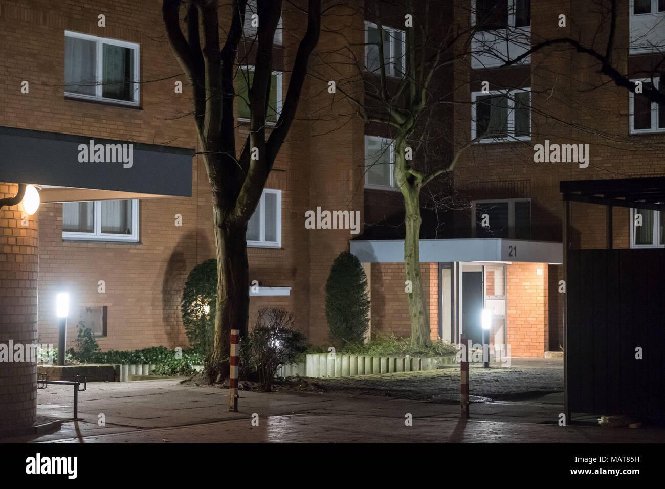 04 marzo 2018, Germania, Hannover: vista dell'ingresso di un appartamento nel quartiere Gross-Buchholz, dove due morti sono stati trovati. Quelli erano la 53 anno di età della donna e la sua 27 enne figlio. Le forze di polizia non sono attualmente assumendo un reato violento. Foto: Peter Steffen/dpa Immagini Stock