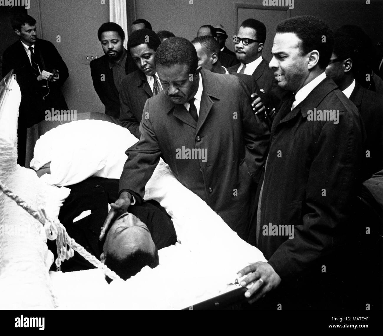 4 aprile 2018 - file - Il Reverendo Martin Luther King Jr. è stato fatalmente di colpo da J. Earl Ray a 6:01 p.m., 4 aprile 1968, come egli si fermò sul secondo piano balcone del Lorraine Hotel a Memphis, Tennessee. Nella foto: 9 aprile 1968 - Atlanta, GA, Stati Uniti - Martin Luther King Jr i funerali di Atlanta. Nella foto: persone in lutto si riuniscono intorno a dire addio al funerale.(Immagine di credito: © Keystone Press Agency/Keystone USA via ZUMAPRESS.com) Foto Stock