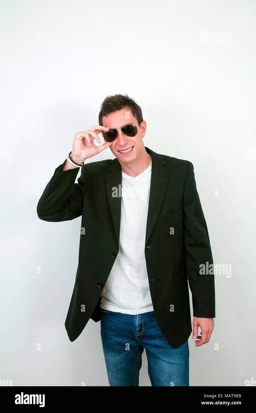 new concept 25500 0e191 Giovane uomo che indossa gli occhiali da sole, giacca e ...