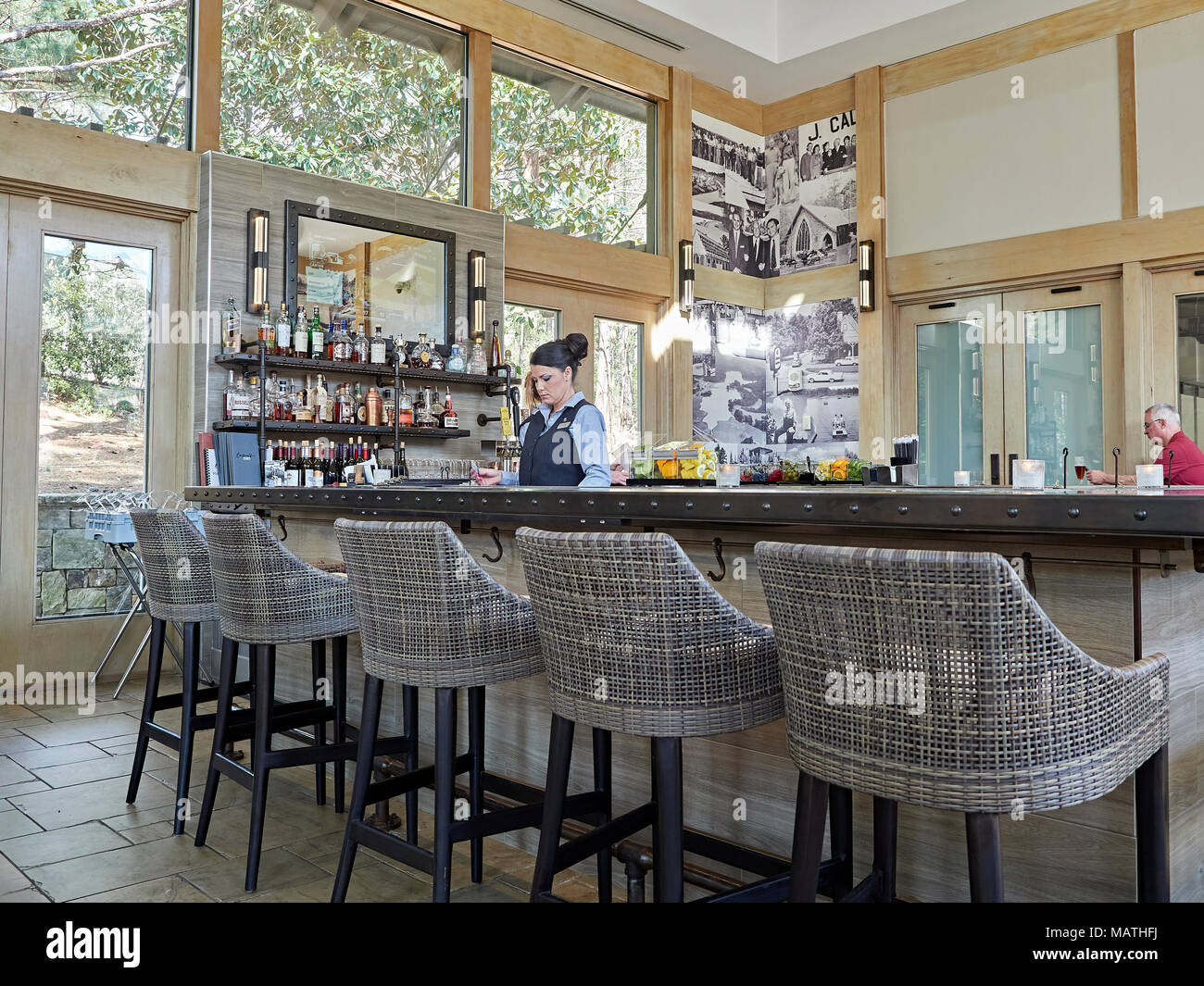 Empty bar stools immagini & empty bar stools fotos stock alamy