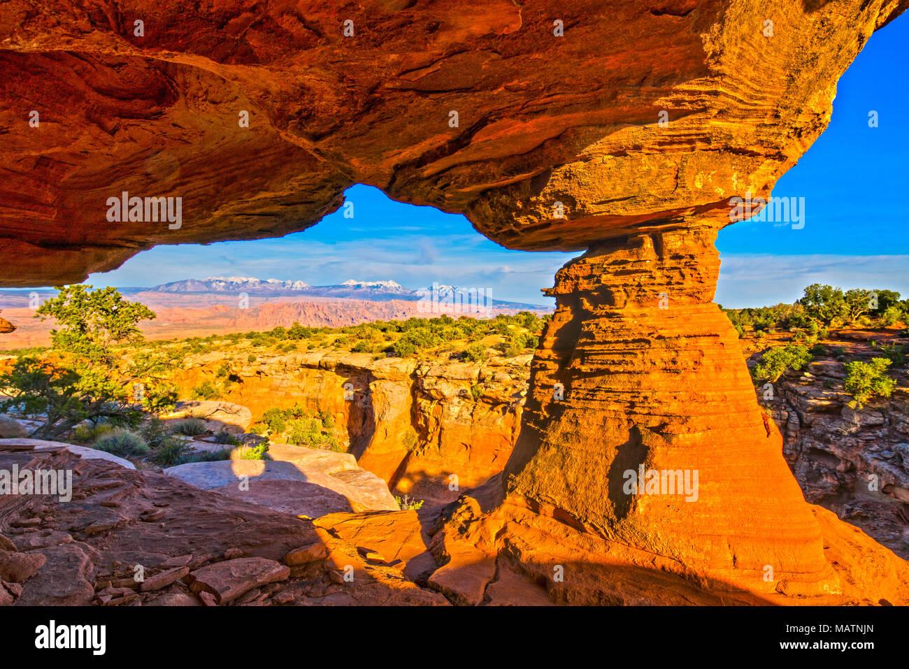 Arch incorniciare La Sal Mountains, Behin-di -rocce, vicino a Moab, Utah Foto Stock