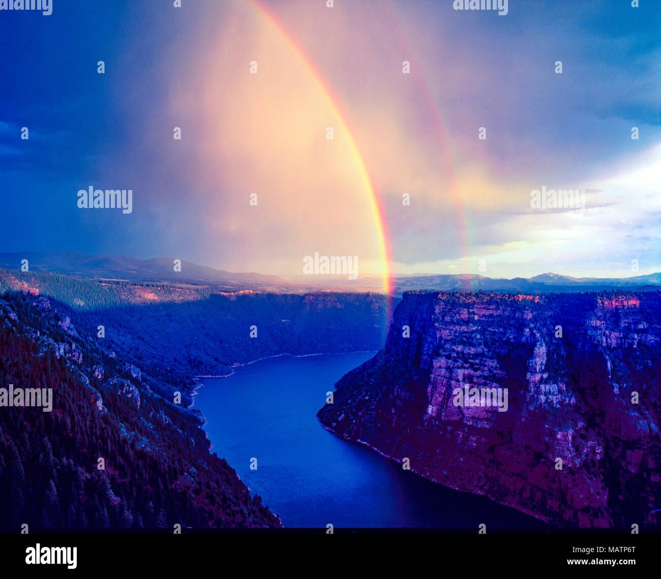 Rainbow su Flaming Gorge, Flaming Gorge National Recreation Area, Utah acnyon rosso si affacciano, UInta Mountains Foto Stock