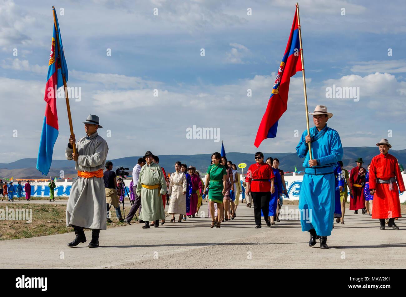Costumi tradizionali presso il Festival di Naadam cerimonia di apertura, Murun, Mongolia Immagini Stock