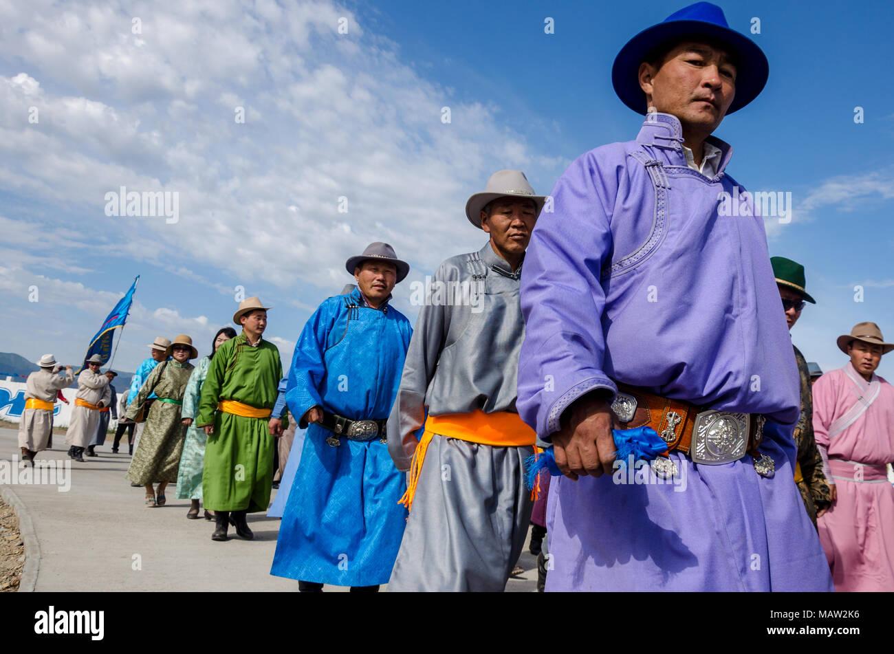 Costumi tradizionali presso il Festival di Naadam cerimonia di apertura, Murun, Mongolia Foto Stock