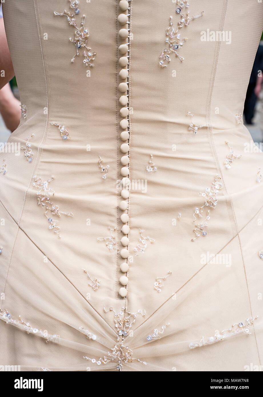 I pulsanti sul corpino di un abito da sposa. Immagini Stock