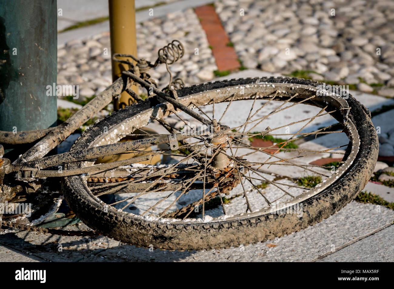Una Vecchia Bicicletta Danneggiato Da Acqua Di Mare Giacente Sul