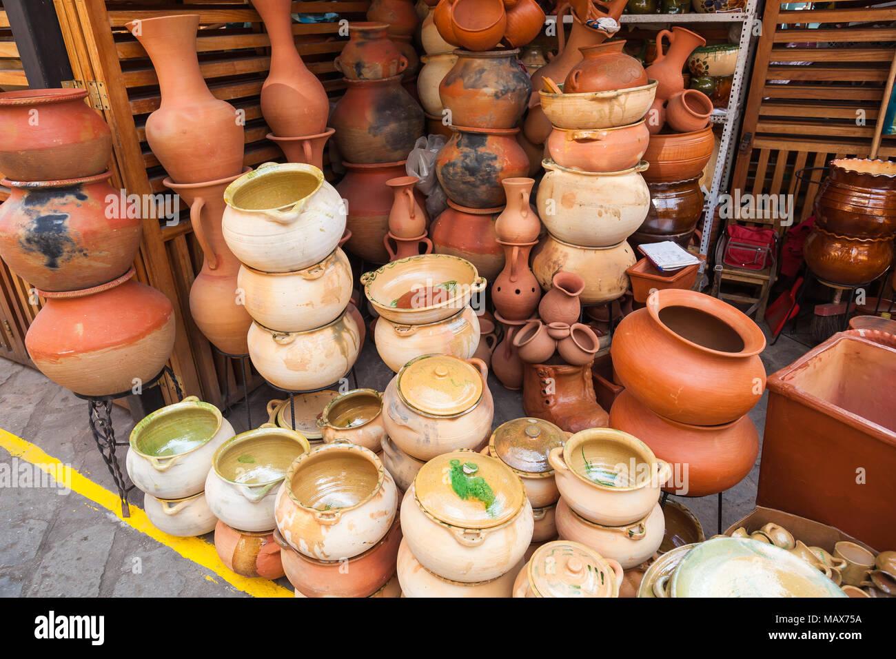 Bicchieri, vasi, ciotole e rustico vasi di argilla usato in cucina ...