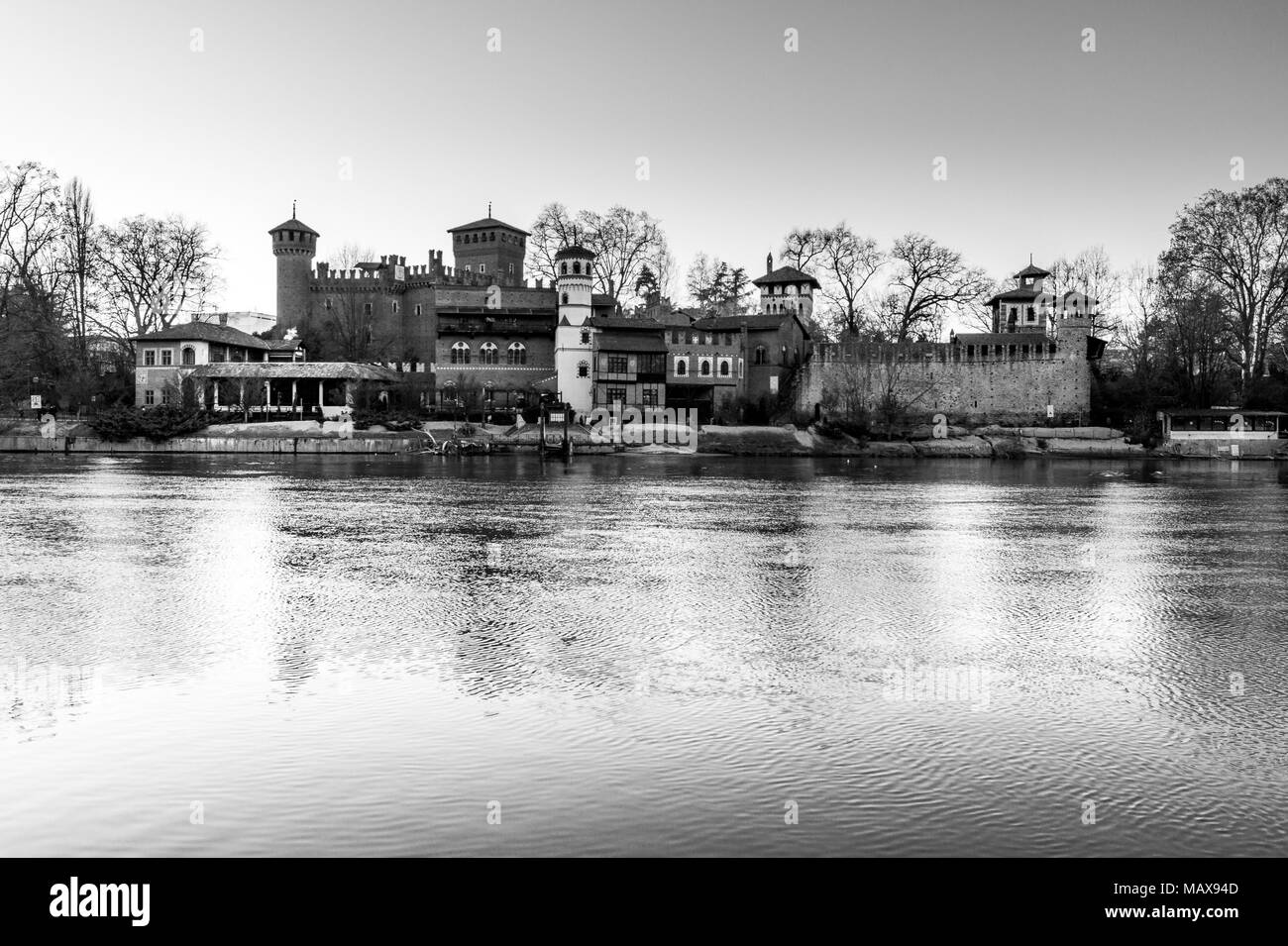 Castello presso il parco del Valentino a Torino in bianco e nero. Panorama  della città di Torino Foto stock - Alamy