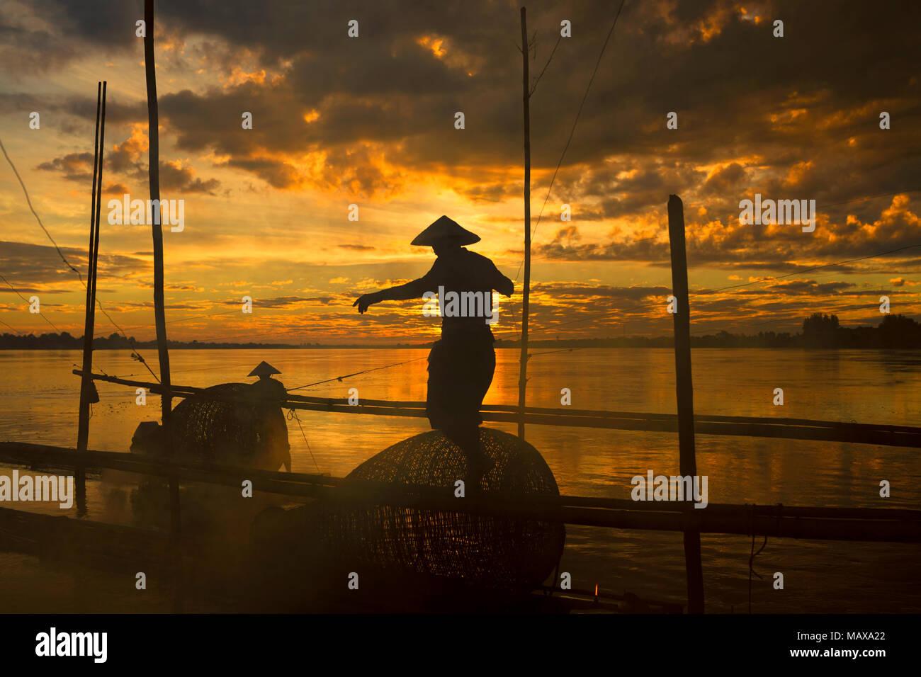 Fisherman lavorando sul fiume Mekong Immagini Stock