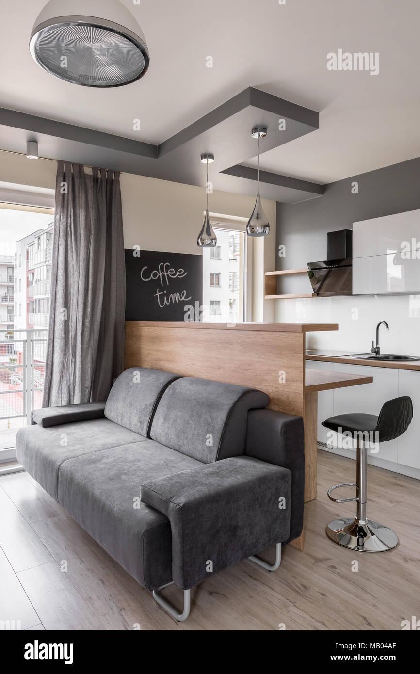 Soggiorno con divano grigio e nero sgabello da cucina foto for Soggiorno grigio