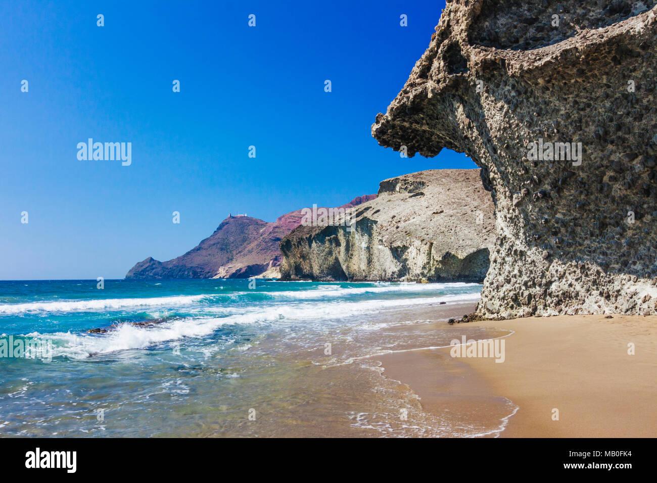 Cabo de Gata-Nijar parco naturale, provincia di Almeria, Andalusia, Spagna : Monsul deserta spiaggia nei pressi di San José village. Immagini Stock