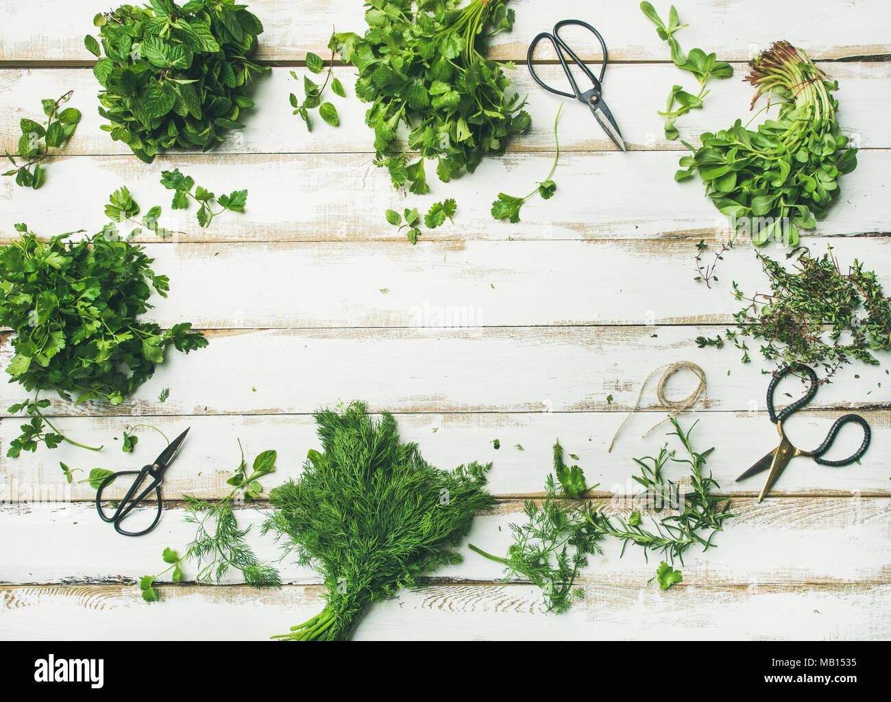 Flat-lay di grappoli di vari fresca cucina verde di erbe aromatiche ...