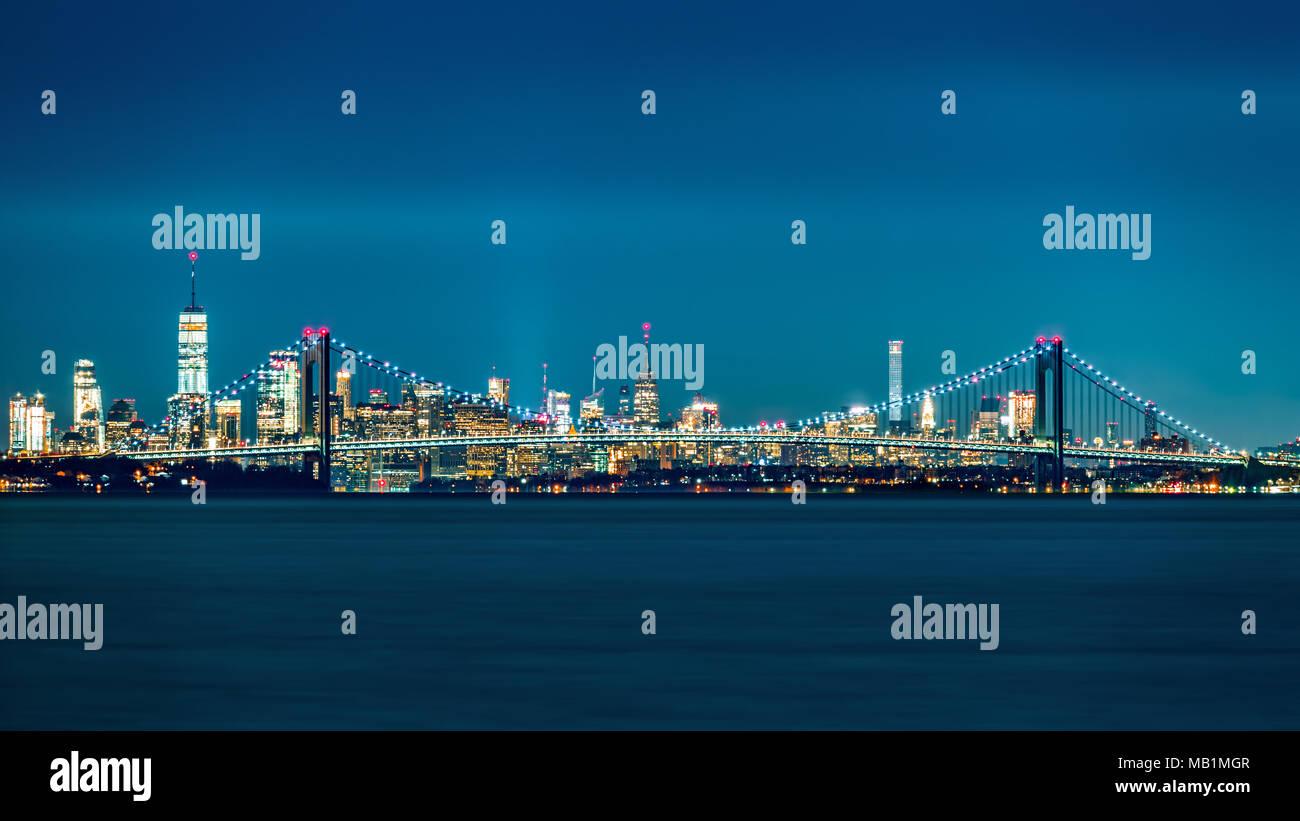 Verrazano Narrows Bridge cancelli di accesso superiore a New York Bay. Skyline di Manhattan sorge dietro il ponte. Immagini Stock
