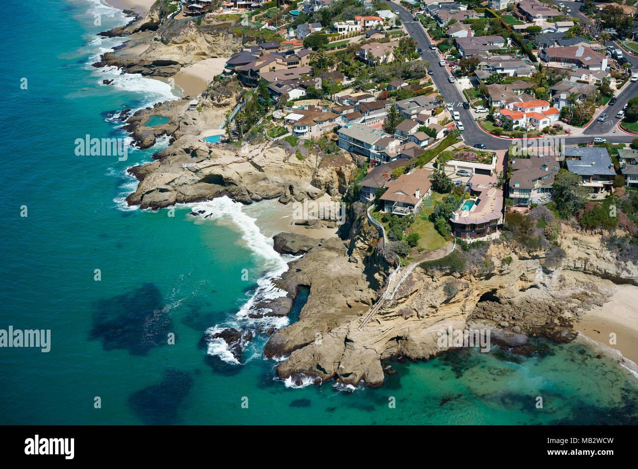 Case da sogno su un litorale frastagliato che si affacciano sull'Oceano Pacifico (vista aerea). Tre Archi, Laguna Beach, Orange County, California, Stati Uniti d'America. Immagini Stock