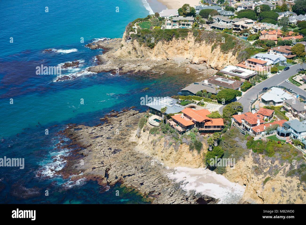 Grandi case sulla cima di una scogliera che si affaccia sull'Oceano Pacifico (vista aerea). Due punti di roccia, Laguna Beach, Orange County, California, Stati Uniti d'America. Immagini Stock