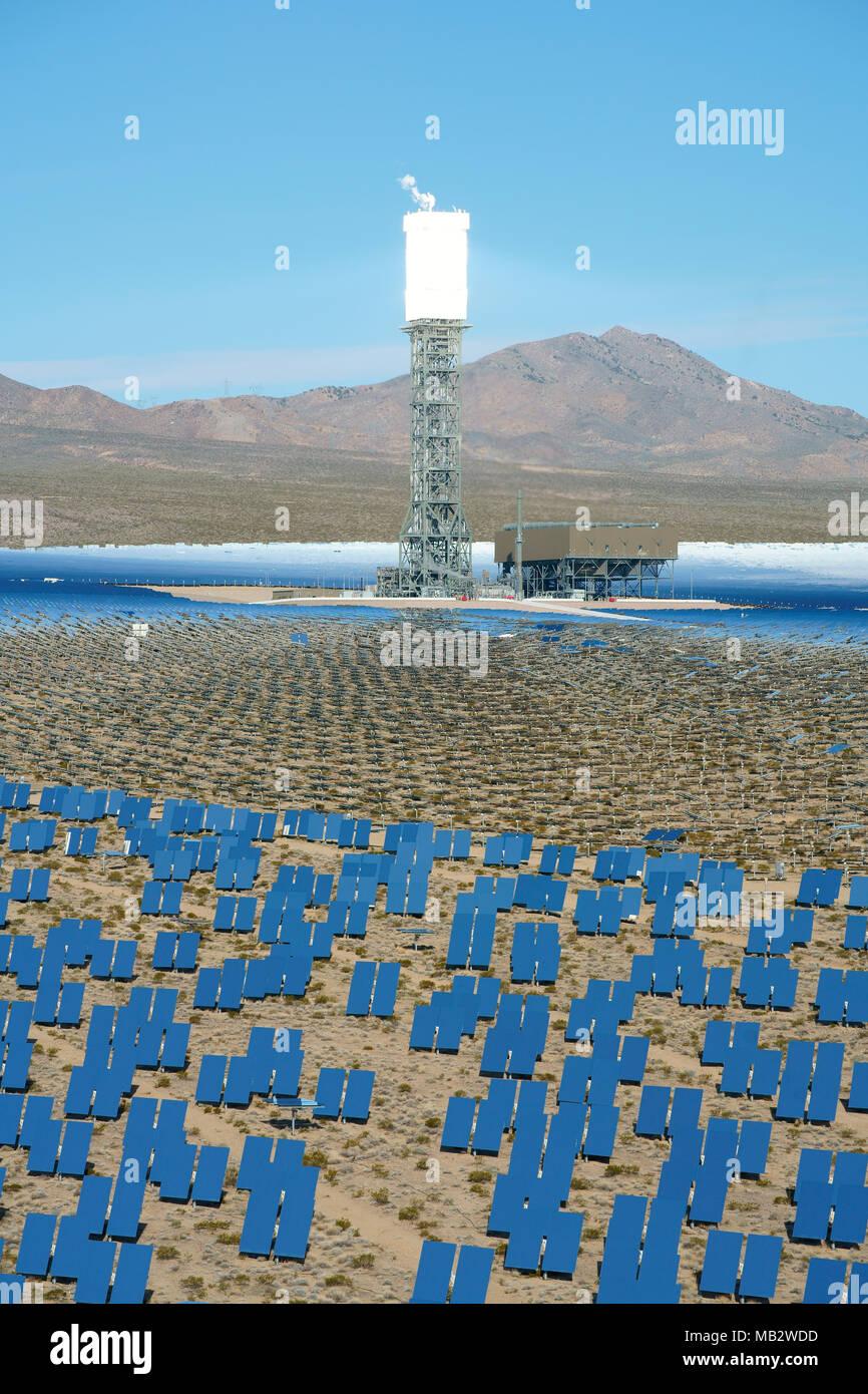 143-metro-alta torre di ricevere la luce solare reindirizzato (vista in elevazione). Ivanpah Solar Electric la generazione di sistema, Nipton, California, Stati Uniti d'America. Immagini Stock
