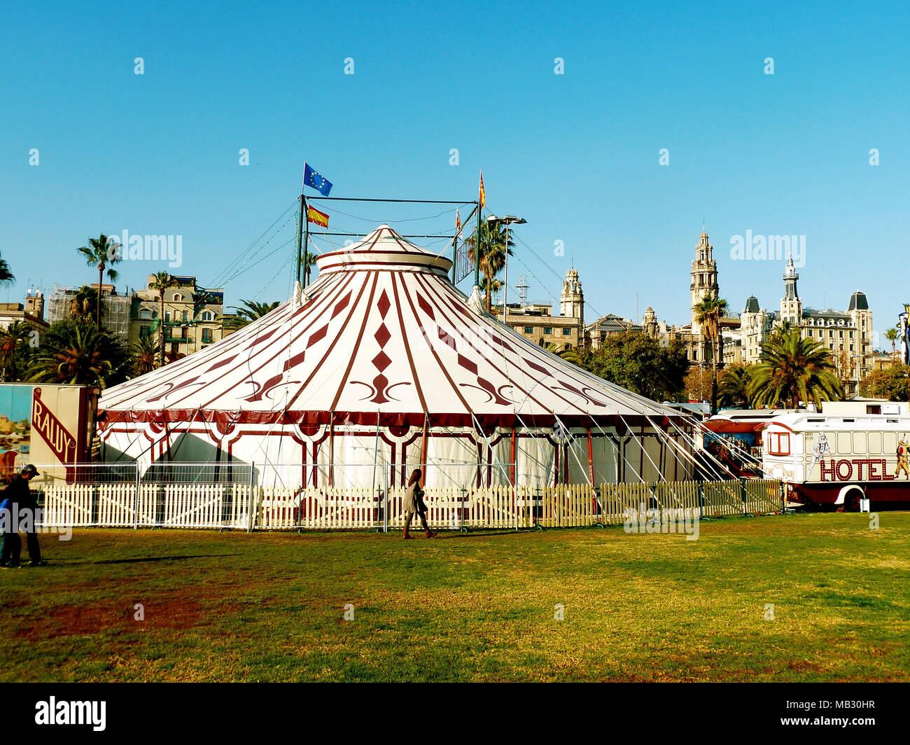 https://c8.alamy.com/compit/mb30hr/barcellona-spagna-12262012-raluy-tenda-del-circo-durante-il-loro-soggiorno-a-barcellona-mb30hr.jpg