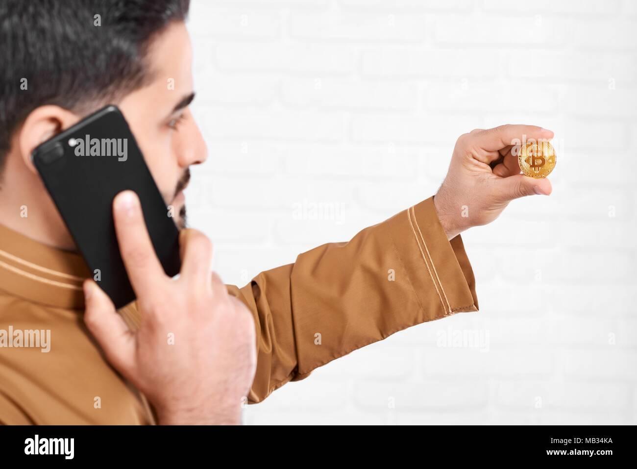 Un Giovane Imprenditore Mantiene Un Lucido Golden Bitcoin Un Uomo