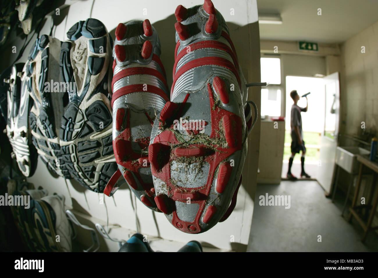 Rosso e argento Adidas scarpe da calcio che mostra disegno