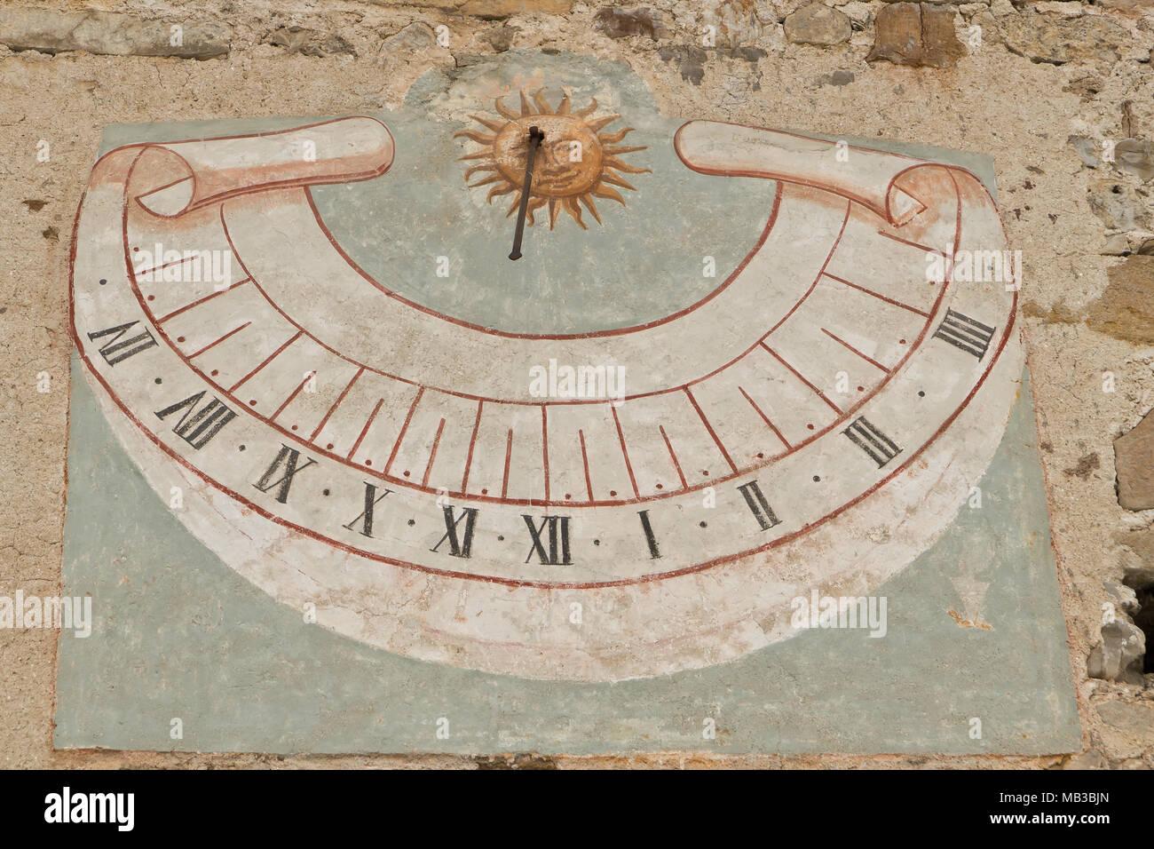 taglia 40 6518f 6222f Unico orologio solare sulla parete della chiesa, Italia Foto ...