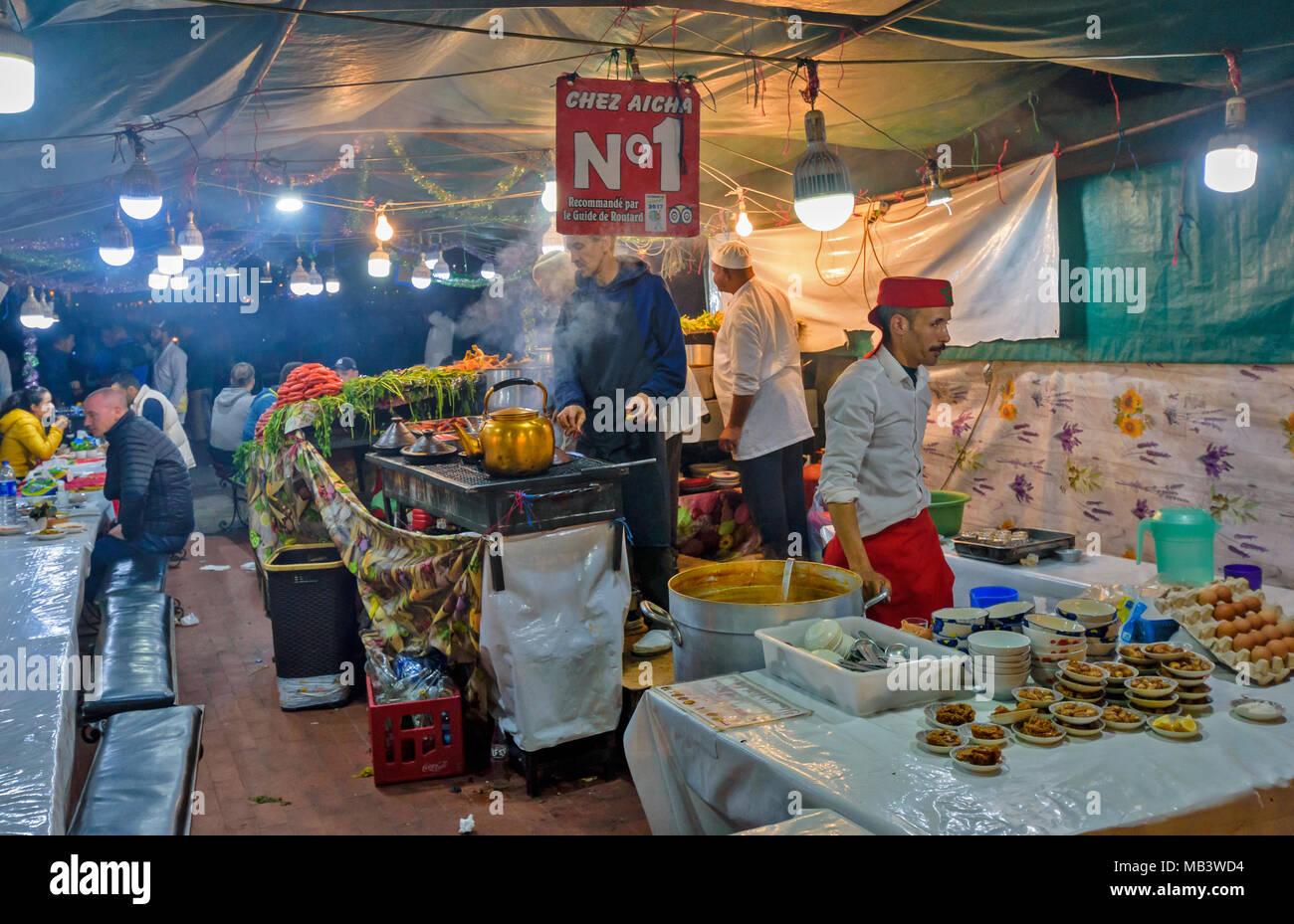 Il Marocco Marrakech Jemaa el Fna MEDINA SOUK sera nella piazza di bancarelle che vendono cibo cotto tagine e salsicce Foto Stock