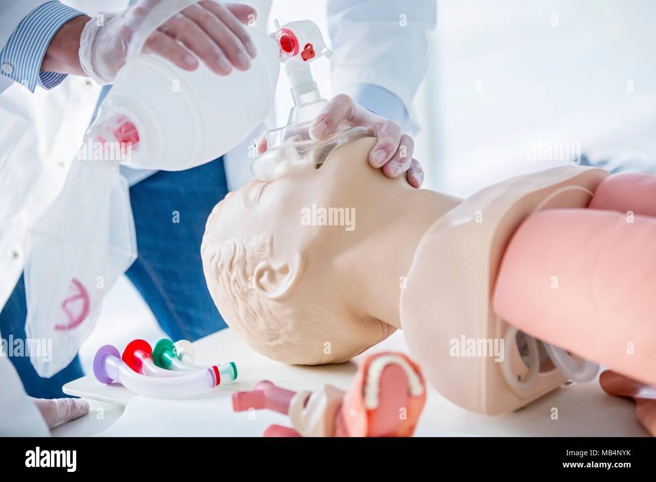 Medico esercitarsi bag--valvola di ventilazione con maschera su un manichino di formazione. Immagini Stock