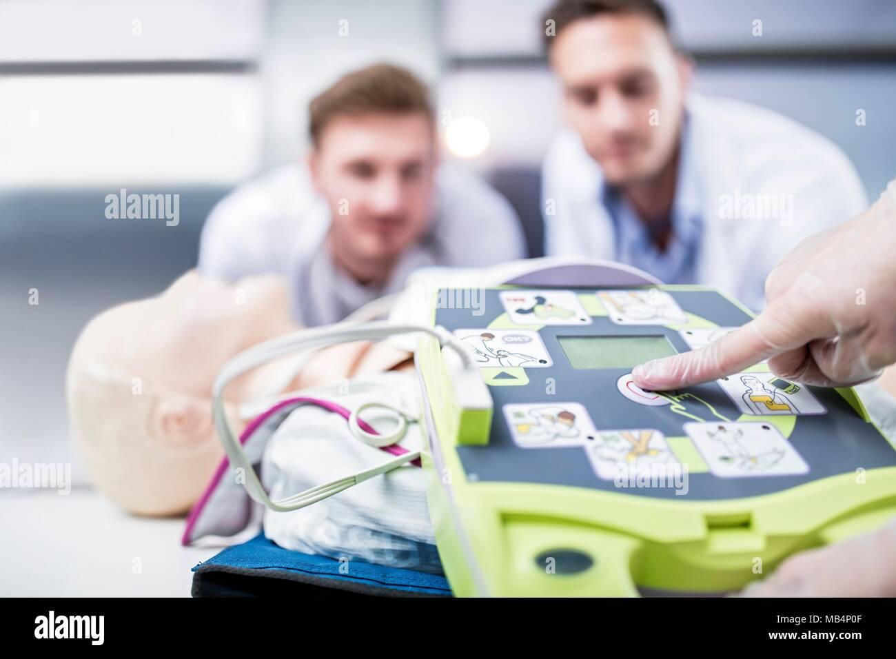 Modello rilasciato. Defibrillatore automatico esterno della formazione. Immagini Stock