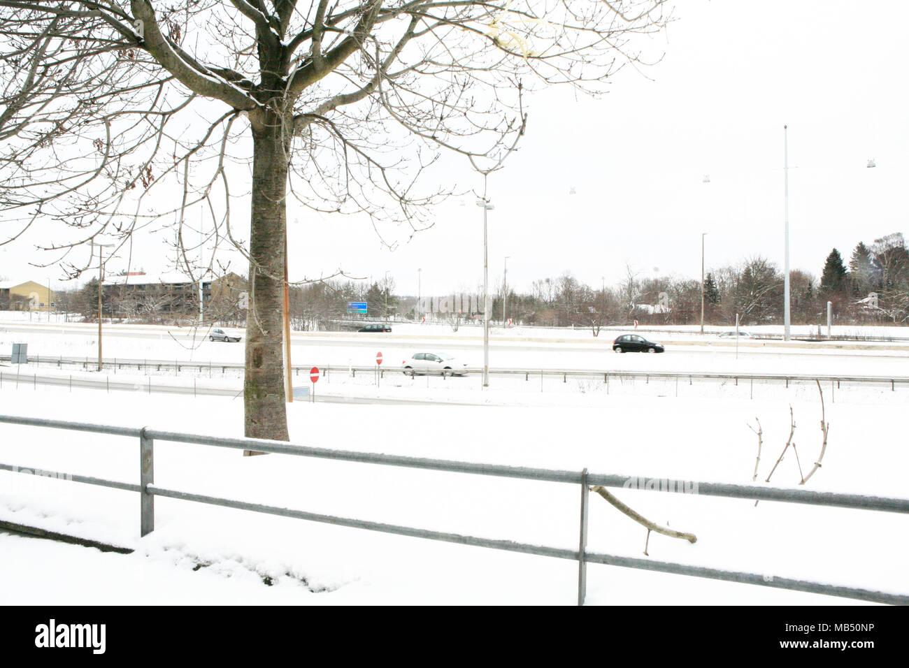 La neve sulla freeway a nord di Copenhagen, Danimarca Immagini Stock