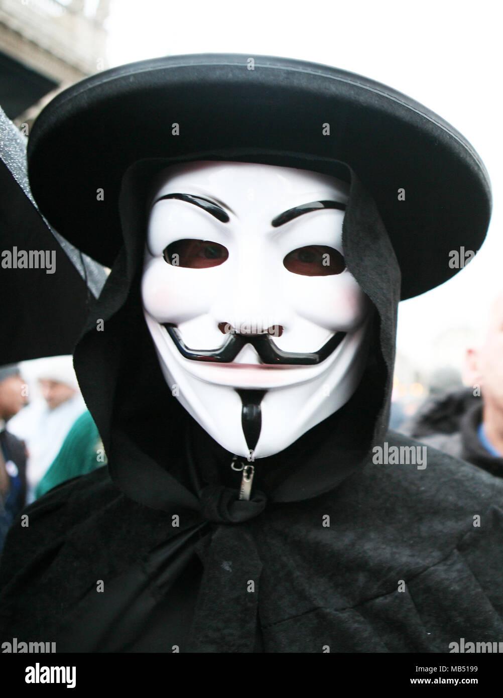 Uomo che indossa la maschera di Guy Fawkes V per Vendetta Immagini Stock