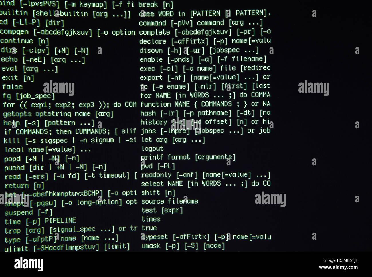 Lo schermo del terminale nella finestra computer con caratteri verdi Immagini Stock