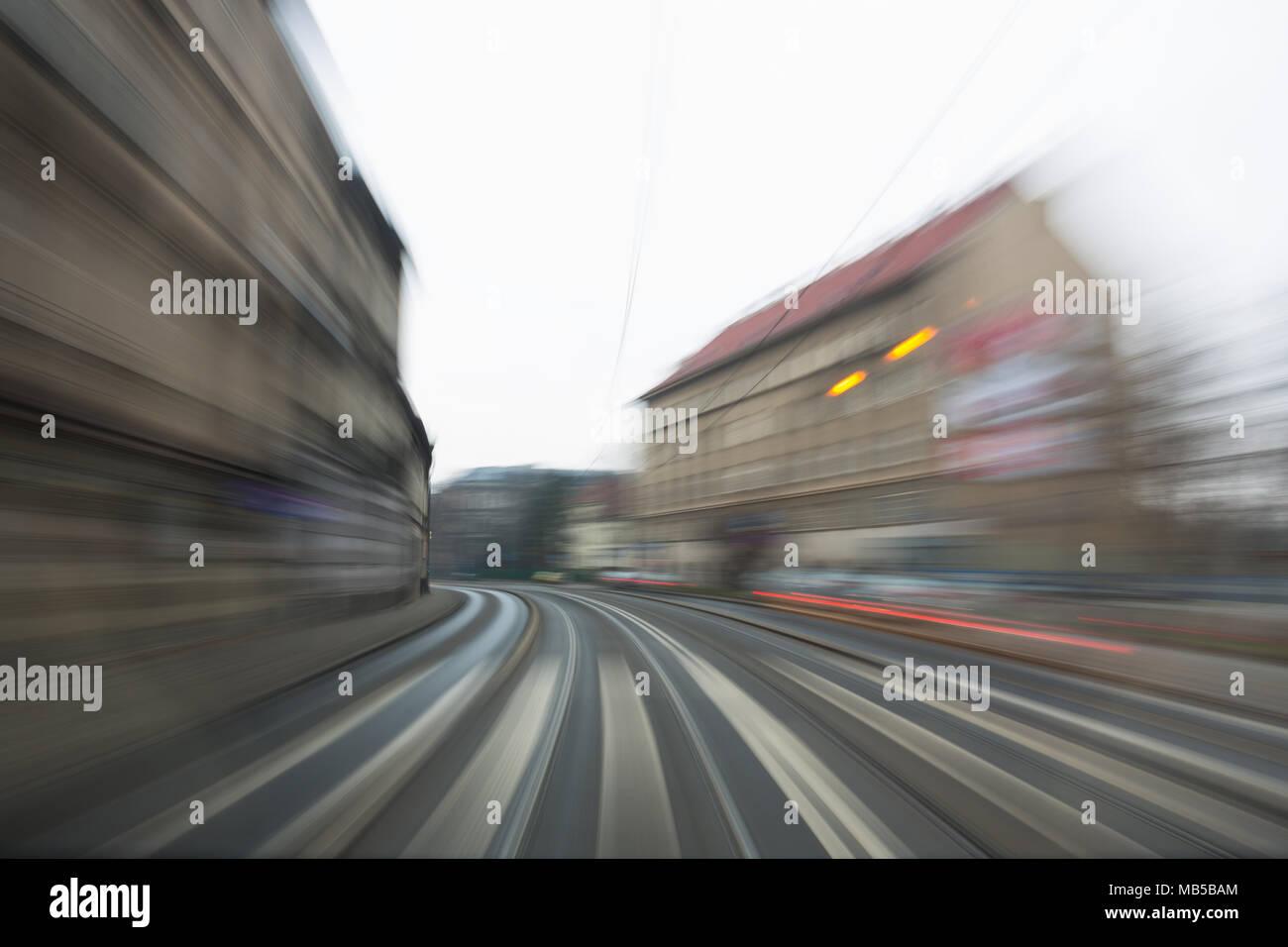 Foto di una moto strada sfocata presi da un tram che dà un senso di velocità e movimento Immagini Stock