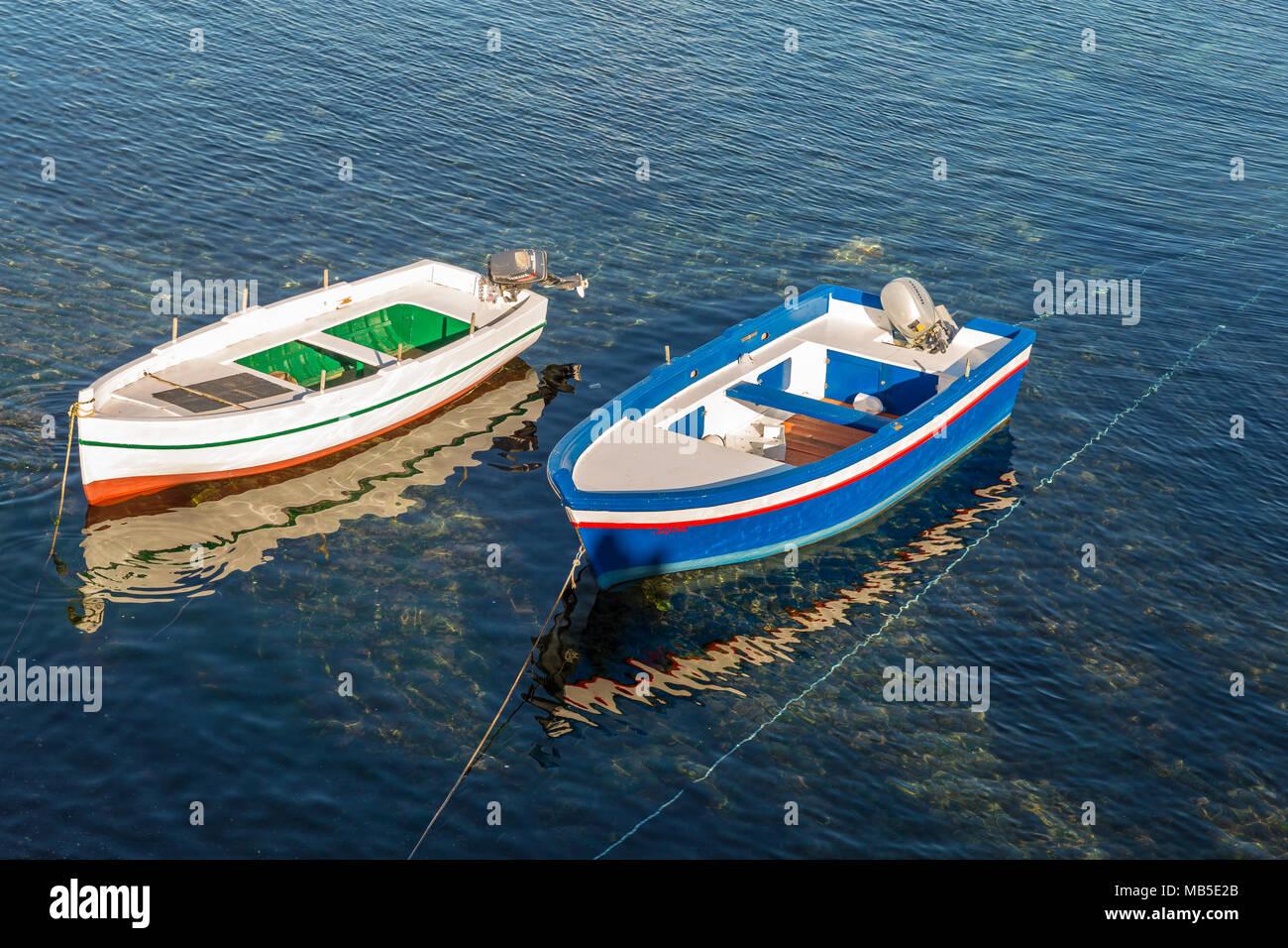Alle tradizionali piccole barche da pesca, fatta di legno, colorata, dipinto, Sicilia Immagini Stock