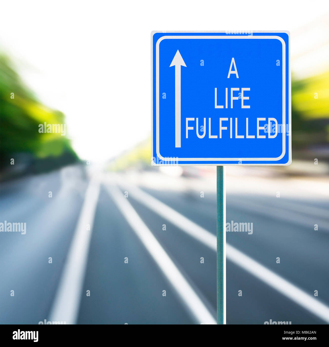 Una vita soddisfatte frase motivazionale sul cartello blu con la freccia e sfocata speedy background. Copia dello spazio. Immagini Stock