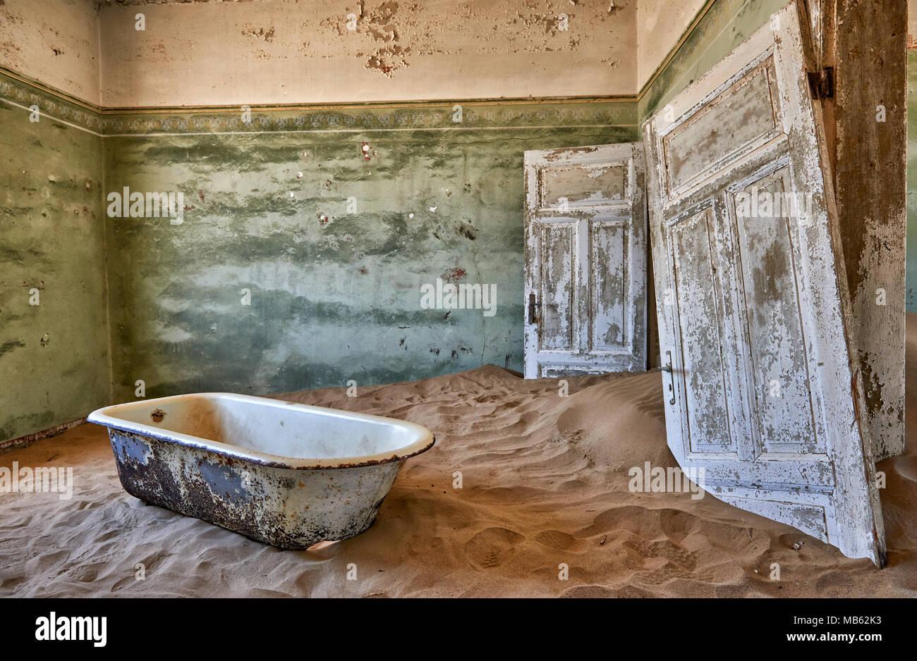 Vecchia vasca da bagno fotografia stock immagine di