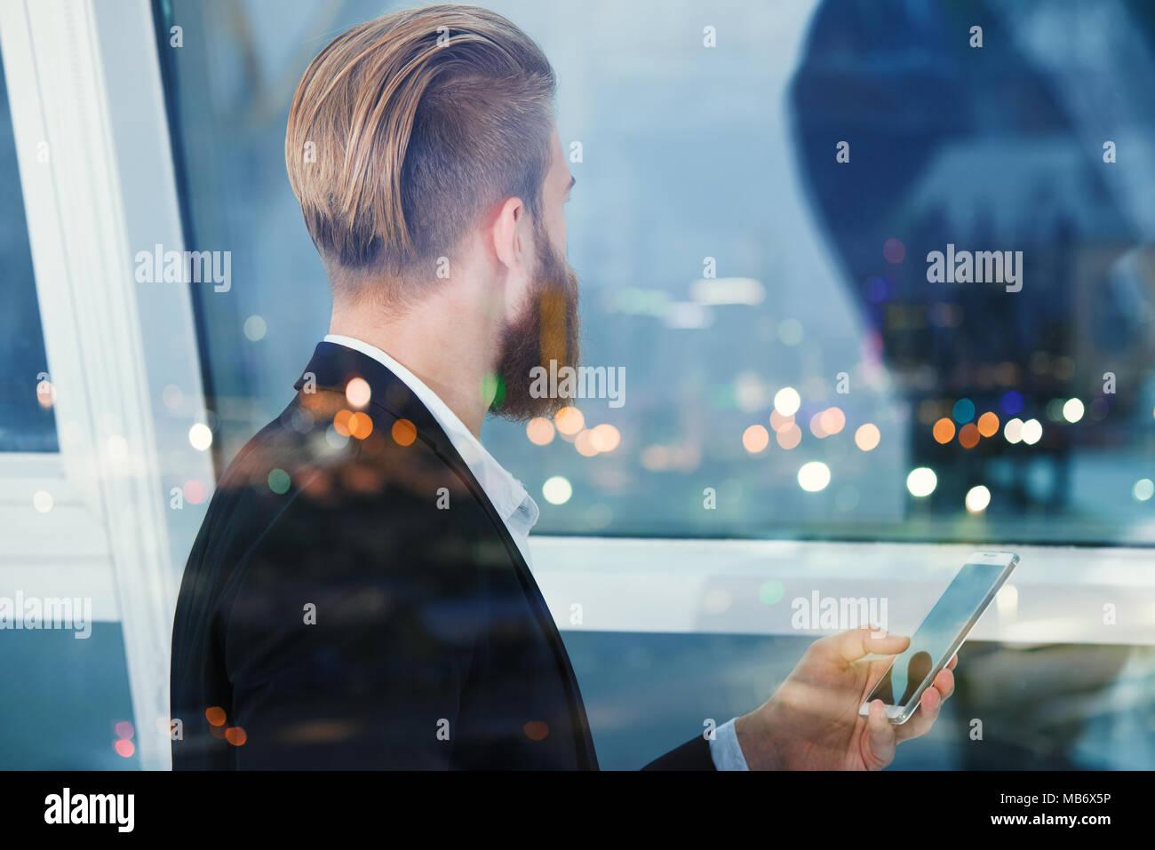 Imprenditore guarda lontano per il futuro nella notte. Concetto di innovazione e startup Immagini Stock