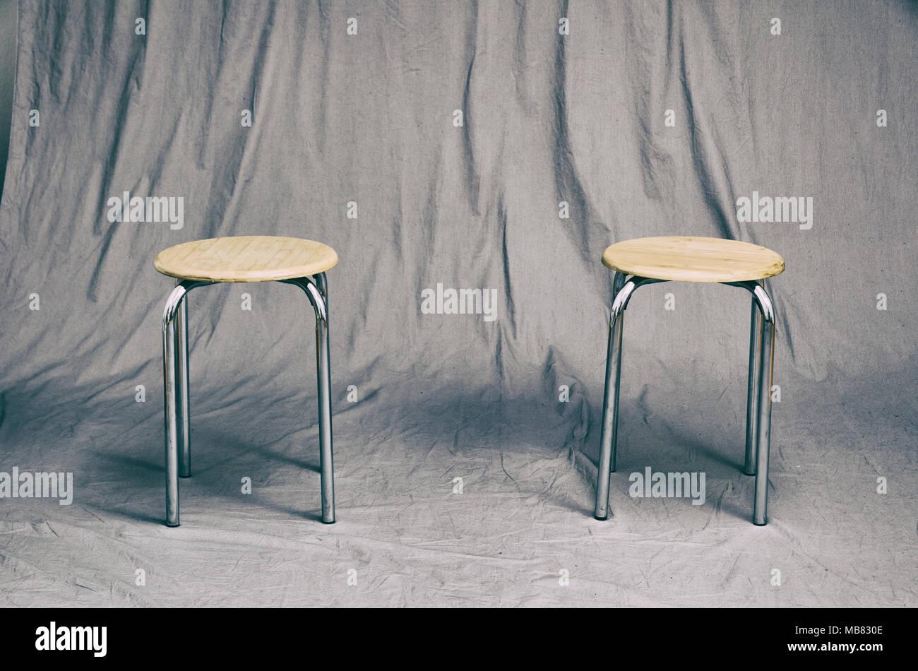Coppia di Sedie di design su un grungy grigio di sfondo per