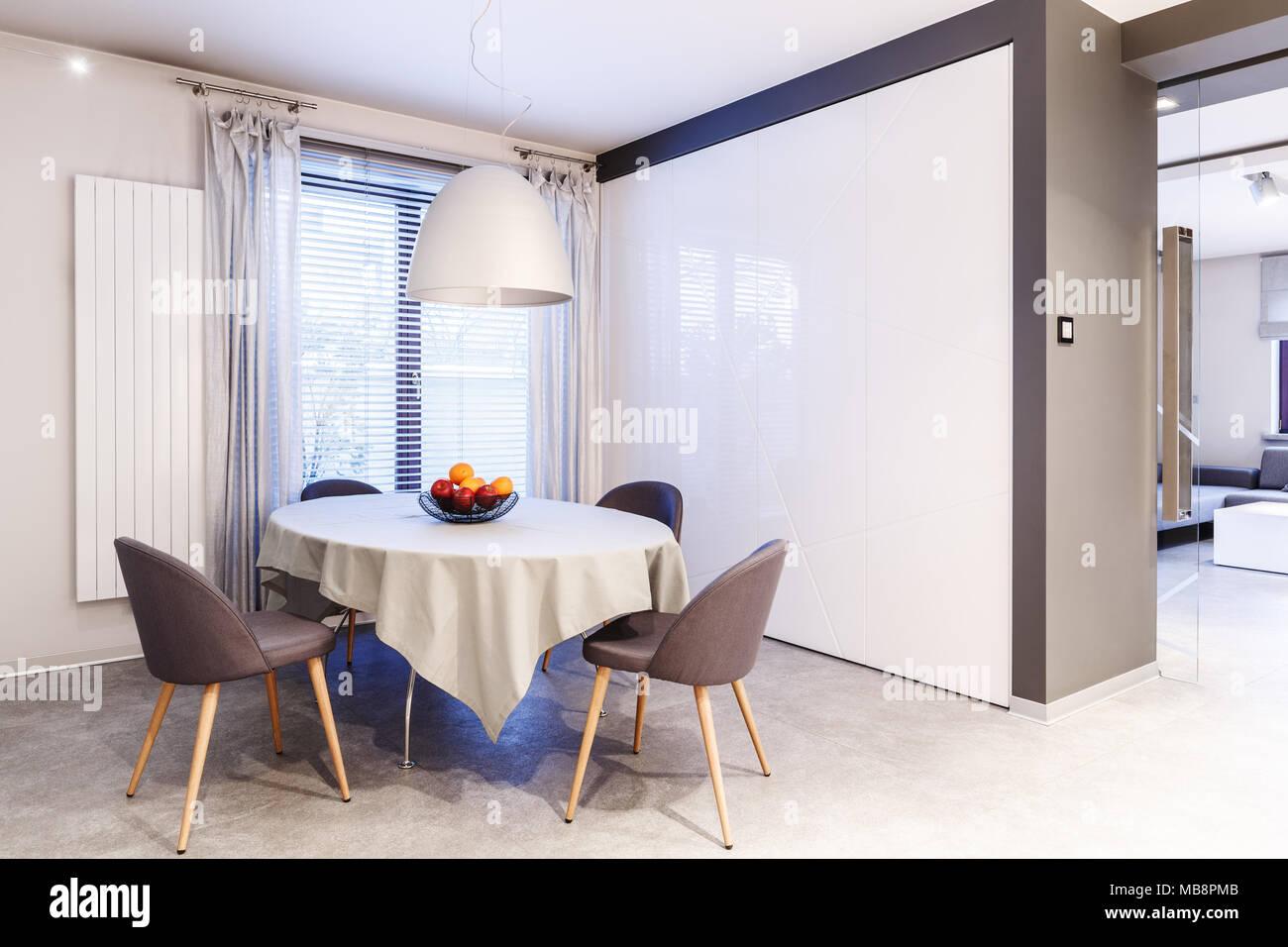 Tavolo Bianco E Sedie Marroni.Semplici Spaziose Bianco E Marrone Di Sala Da Pranzo