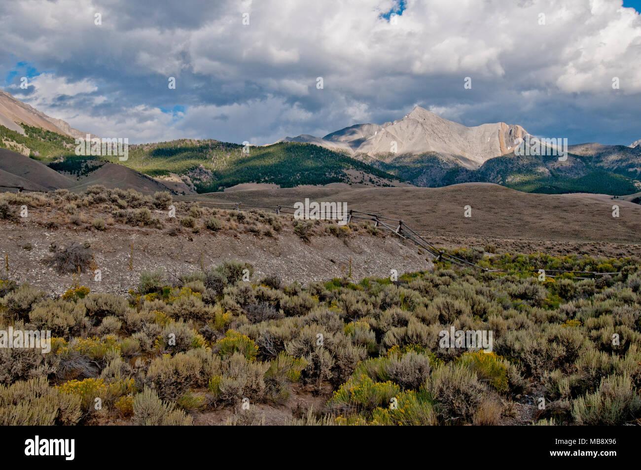 Il Monte Borah 21-miglio-lungo terremoto scarpata con il Monte Borah in background Immagini Stock