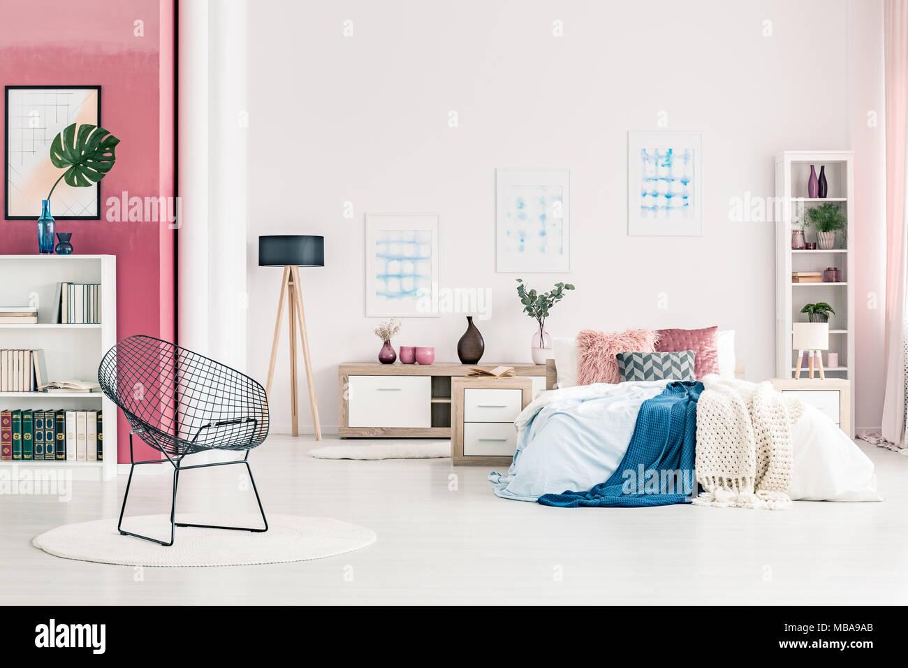 Letto grande con cuscini e fogli in camera da letto moderni interni con sedia in metallo round - Poster camera da letto ...