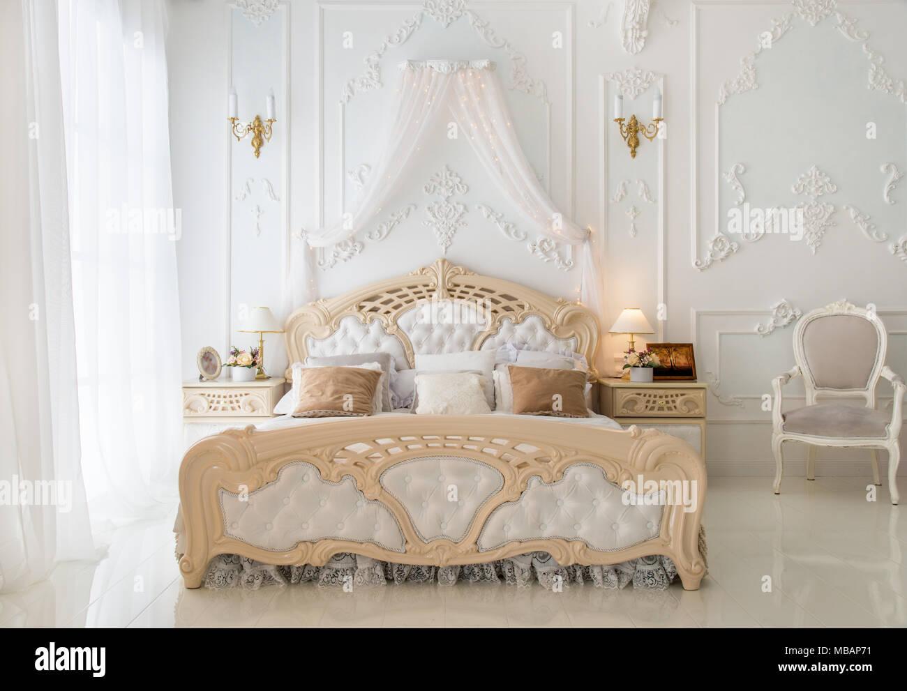 Camere Da Letto Arredate Vintage : Luxury retro bianco camera da letto al mattino foto immagine
