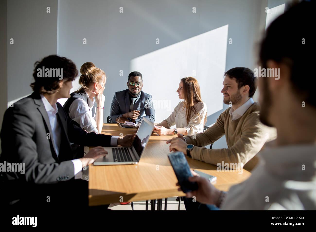 La gente di affari ascolto di marketing professional africana presentazione degli altoparlanti Immagini Stock