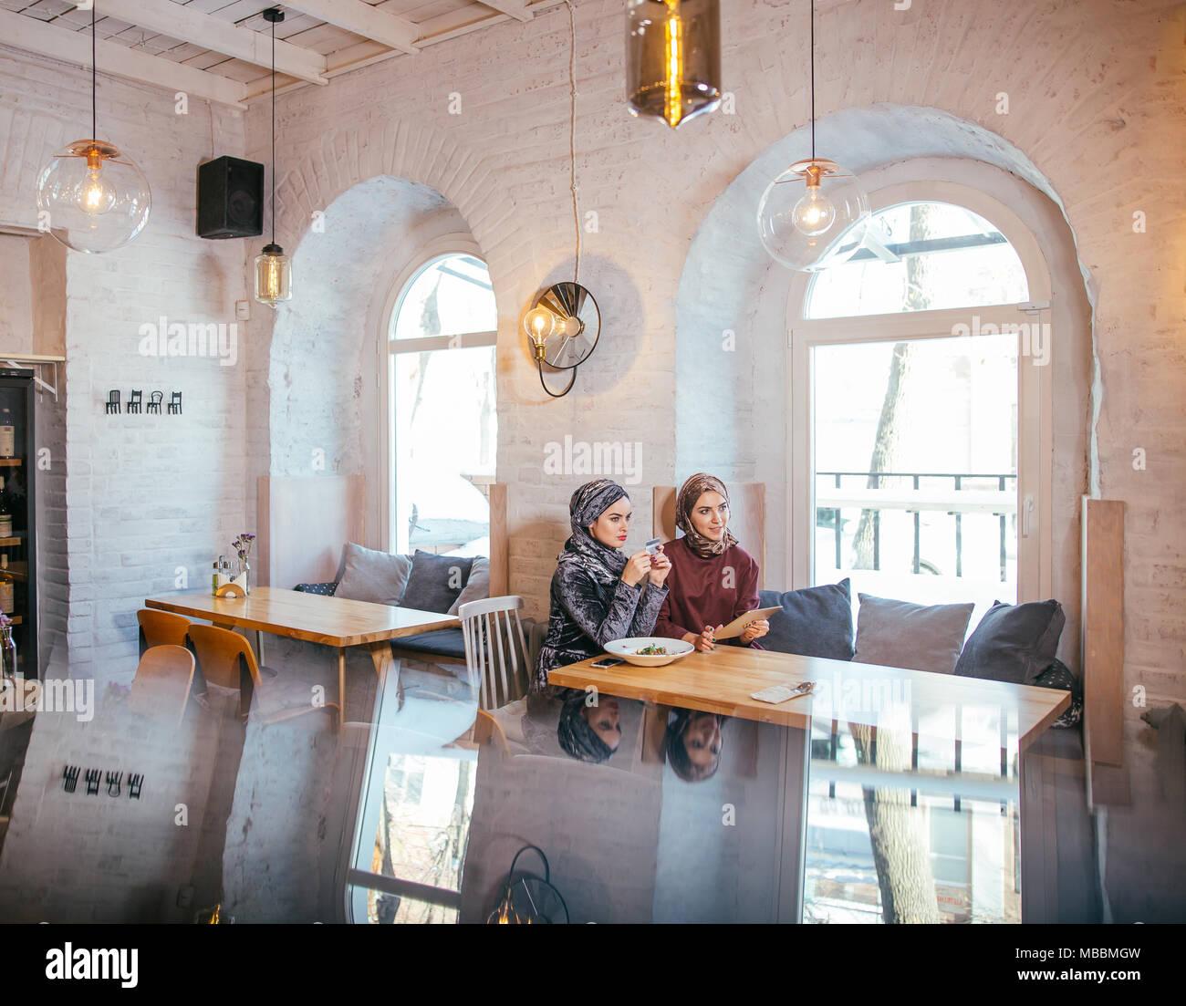 Due business partner utilizzando tablet davanti al loro negozio di caffè Immagini Stock