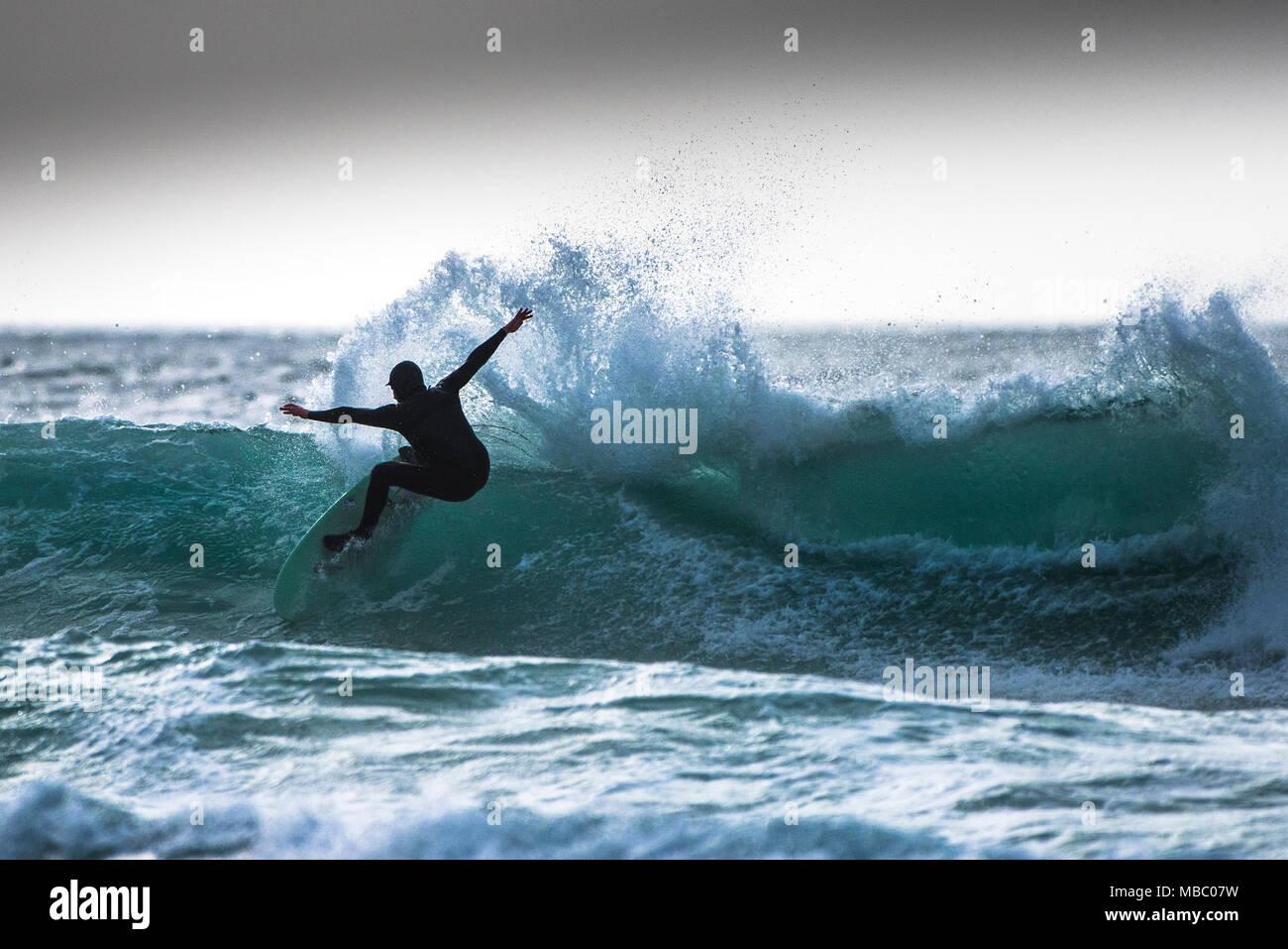 Un surfista di eseguire un classico snap manouevre. Immagini Stock