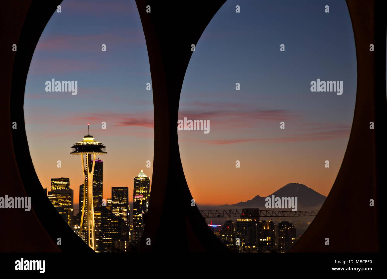 WA15080-00...WASHINGTON - Sunrise su Seattle e Mount Rainier visto attraverso il modulo di modifica la scultura si trova in Kerry Park sulla Queen Anne Hill. Immagini Stock
