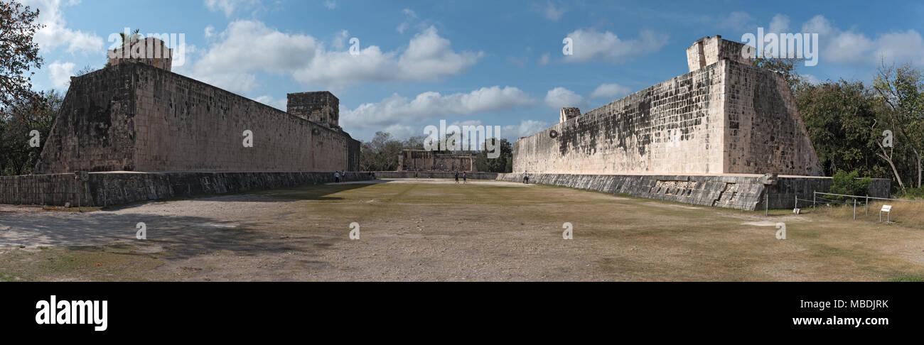Vista panoramica del campo per il gioco della palla a Chichen Itza, Yucatan, Messico Immagini Stock