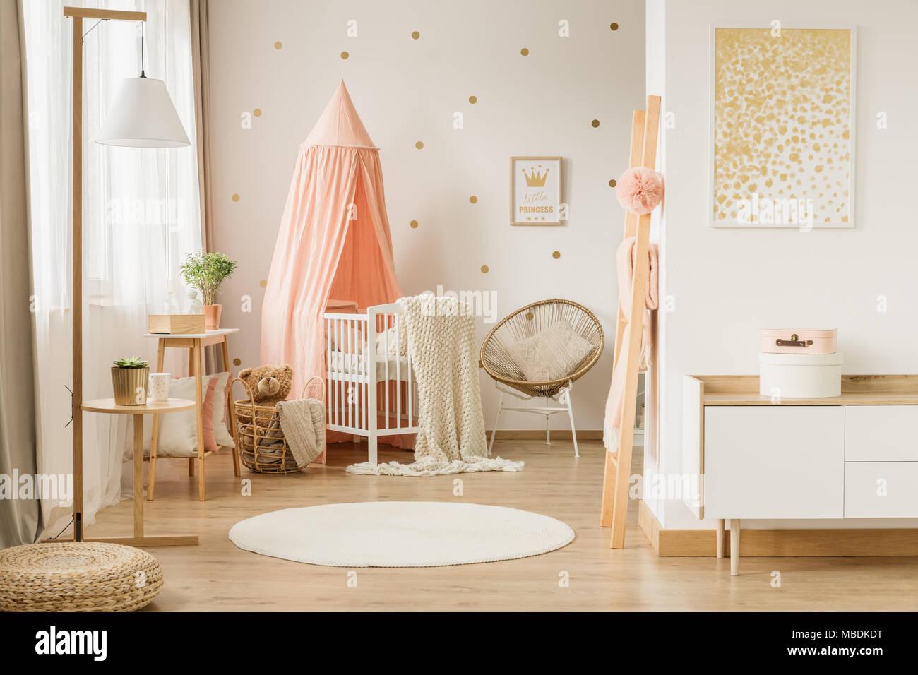Bianca, rotonda rug e pittura in rosa e oro kid\'s interiore camera ...